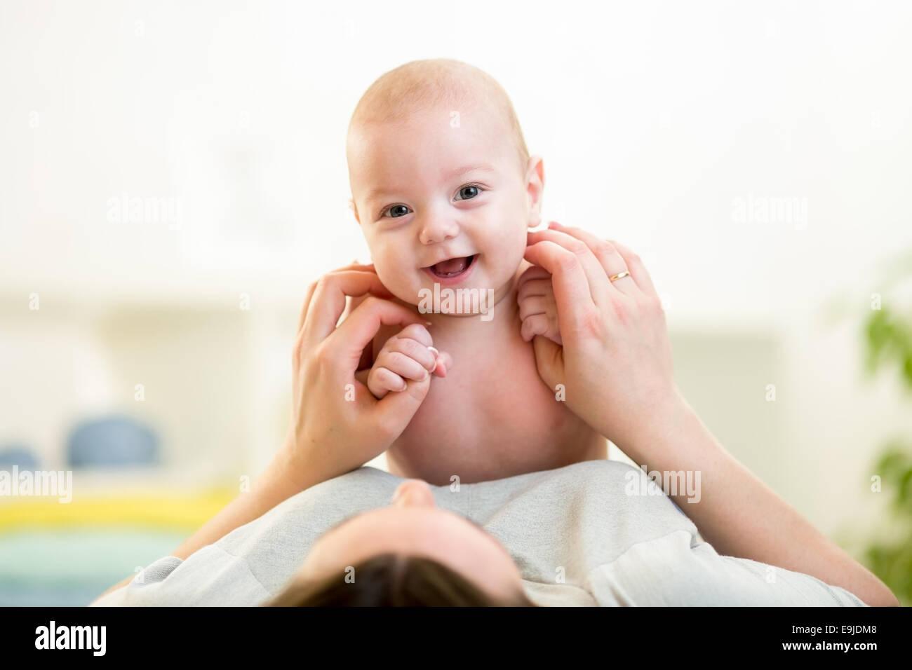 Madre feliz con el bebé Imagen De Stock