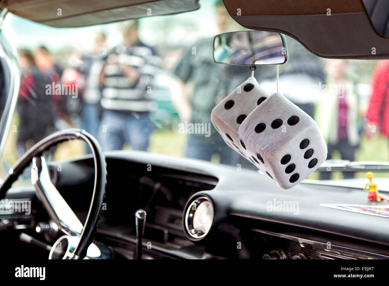 Fuzzy dados colgando del retrovisor interior de vintage limousine americana Imagen De Stock