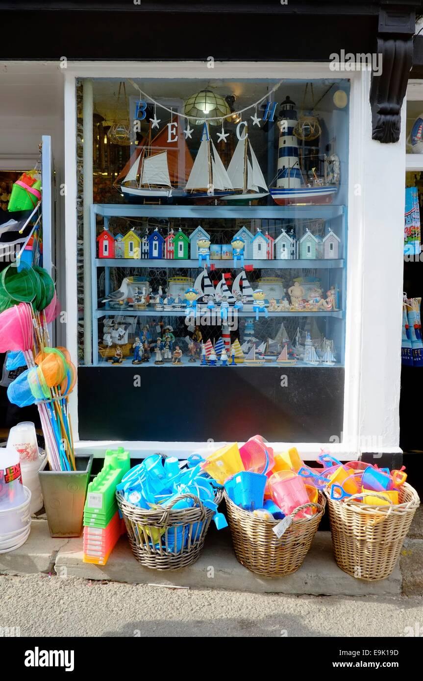 Cucharas y palas para la playa en venta fuera de una tienda de regalos  seaside St 43c624261e73e