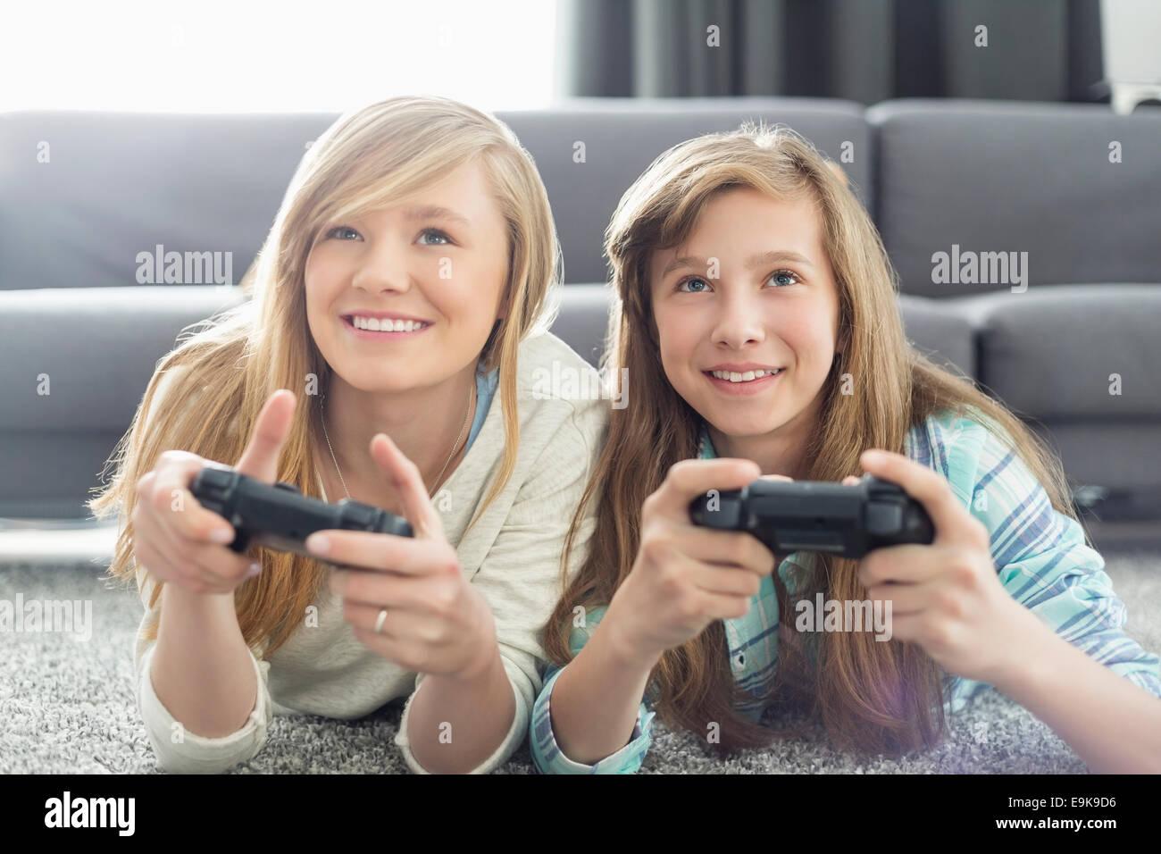 Hermanas jugando juegos de video en la sala de estar Imagen De Stock