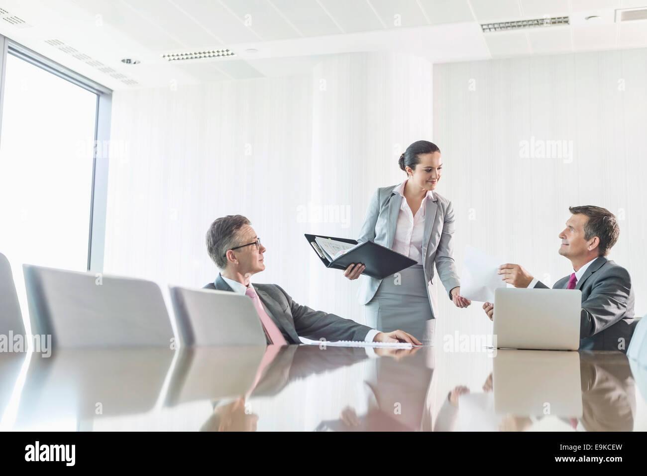 Imagen recortada de la empresaria utilizando Copy Machine en Office Imagen De Stock