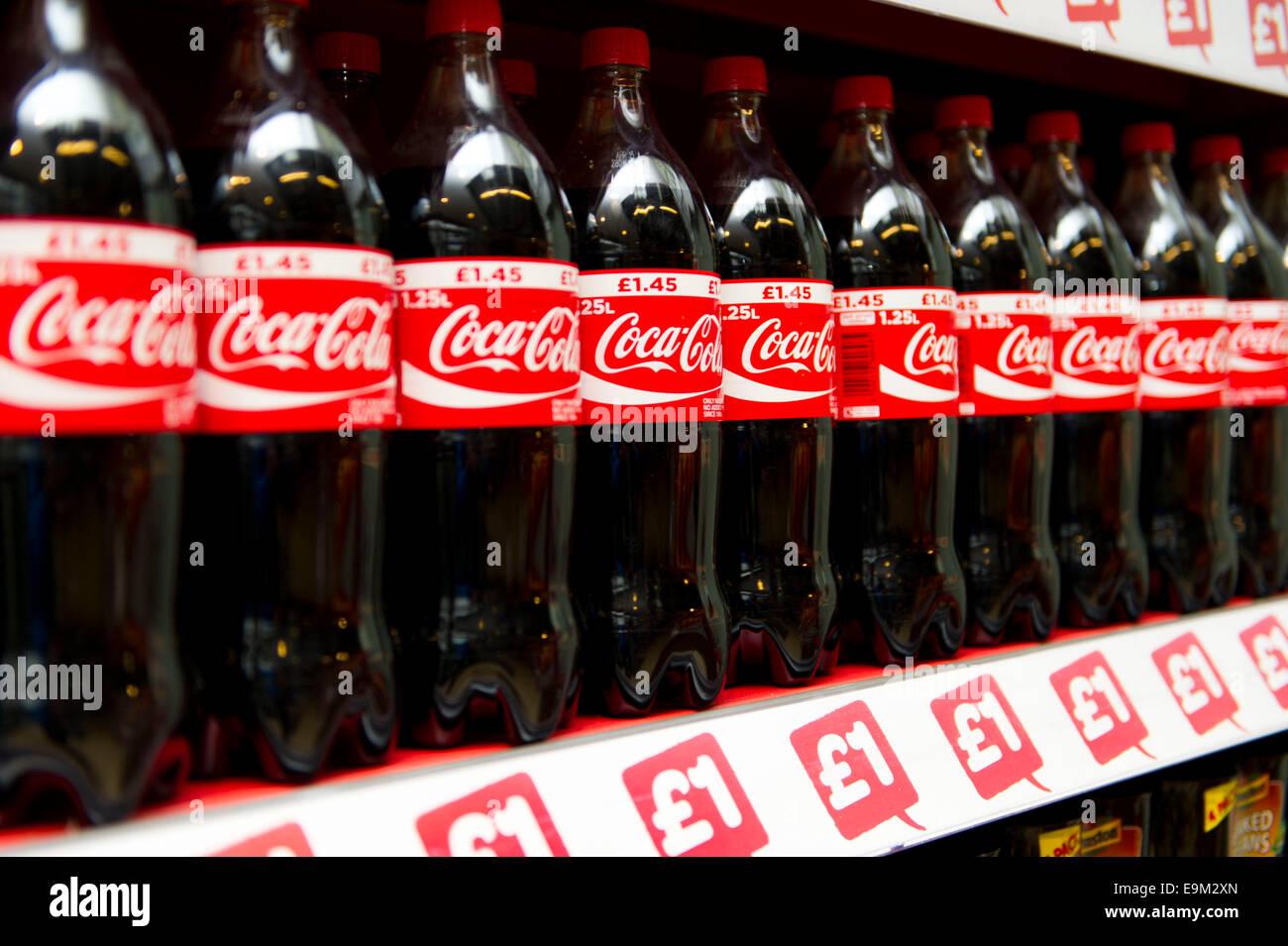 Coca Cola a la venta en un supermercado. Los médicos han advertido que las bebidas gaseosas pueden provocar Imagen De Stock