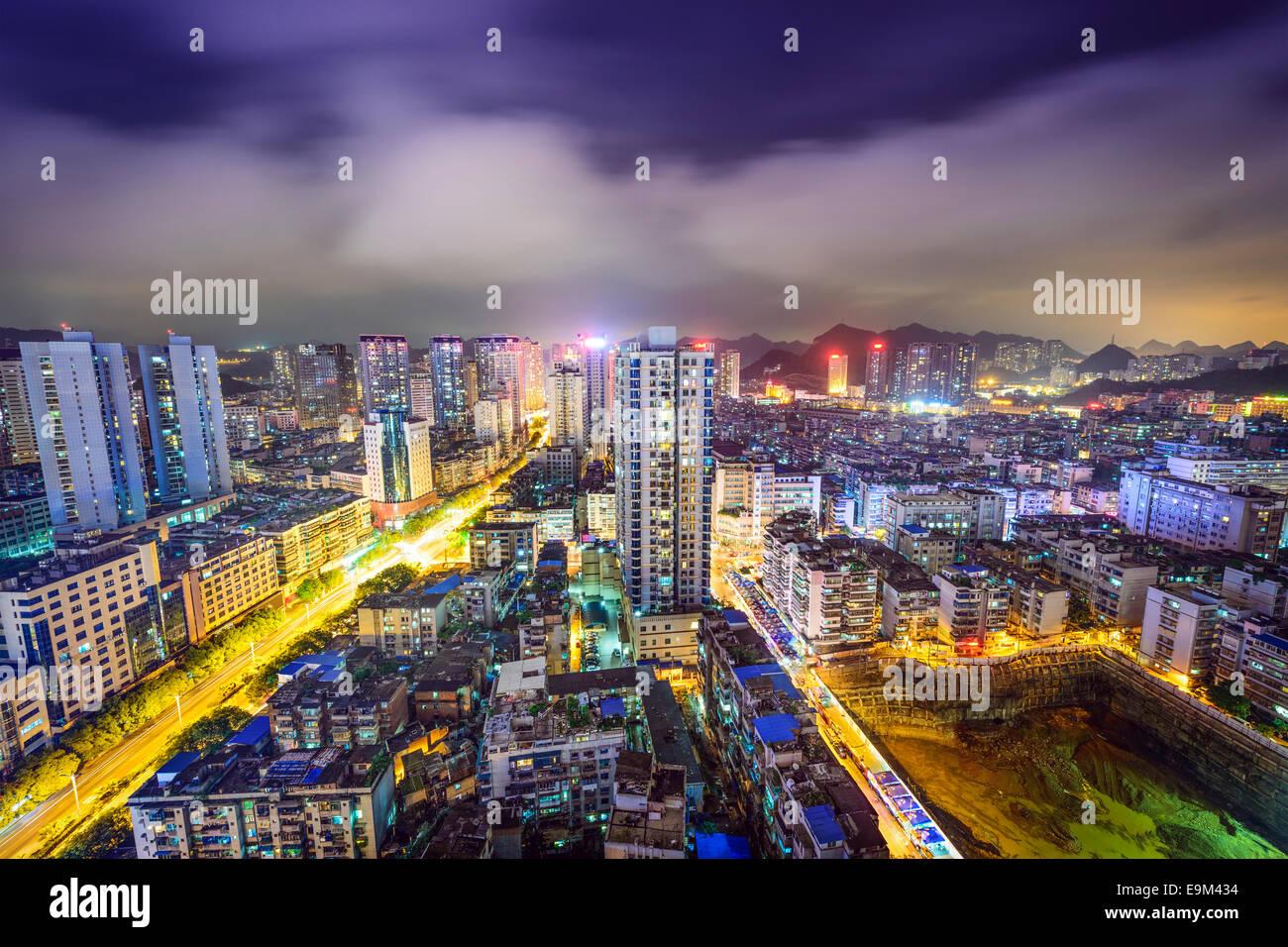 Guiyang, China paisaje urbano en la noche. Imagen De Stock