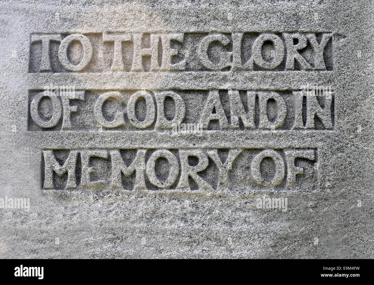Primer plano de un panegírico religioso sobre una tumba diciendo a la gloria de Dios y en la memoria de copia Imagen De Stock