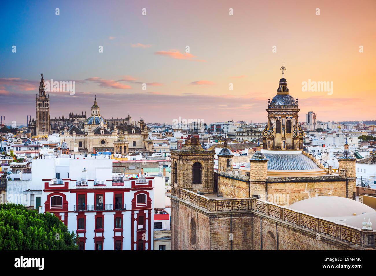 Sevilla, España la ciudad al anochecer. Imagen De Stock