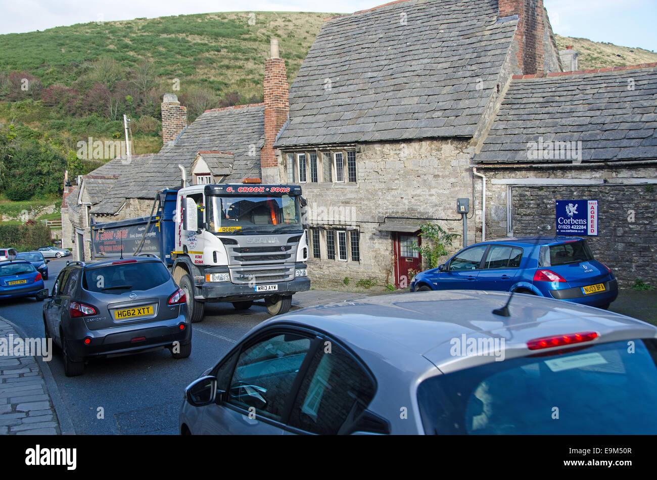 El castillo Corfe , Dorset. Tráfico pesado puede causar congestión y contaminación acústica Imagen De Stock
