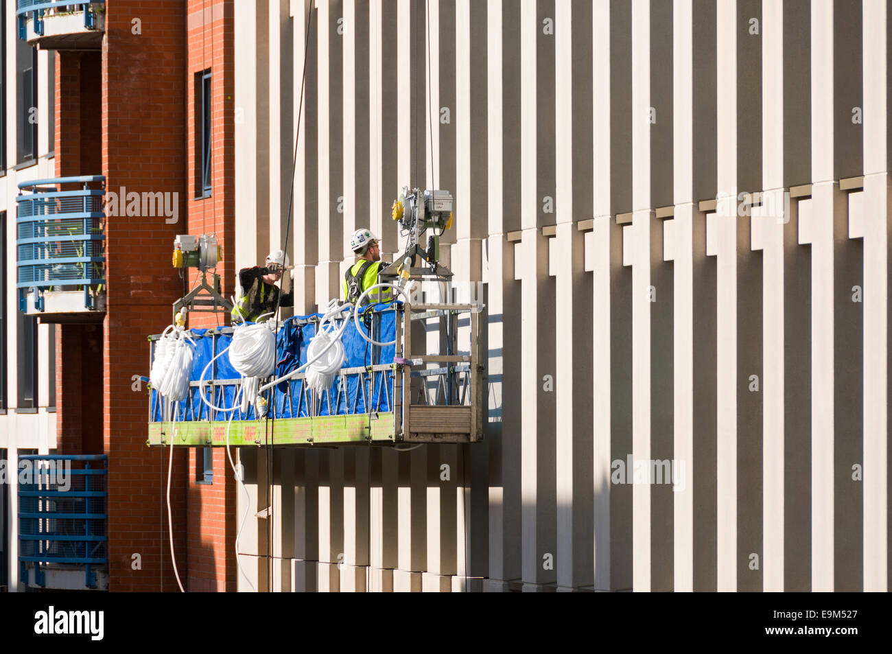 Los trabajadores sobre una base de acceso al nuevo desarrollo de Motel One, Whitworth Street, Manchester, Inglaterra, Imagen De Stock