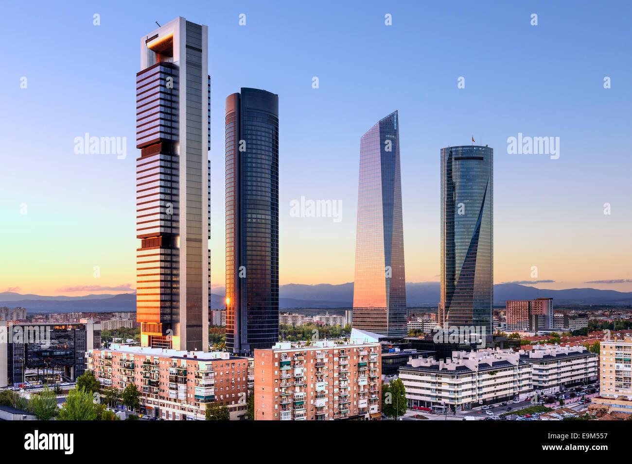 Madrid, España distrito financiero skyline al atardecer. Imagen De Stock