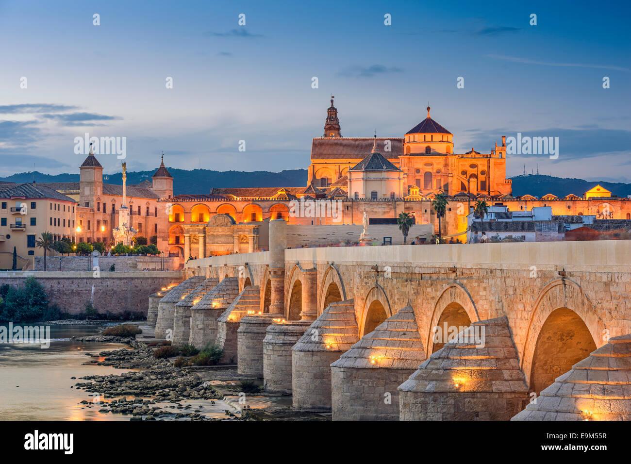 Cordoba, España vista de la Mezquita-Catedral y el puente romano sobre el río Guadalquivir. Imagen De Stock