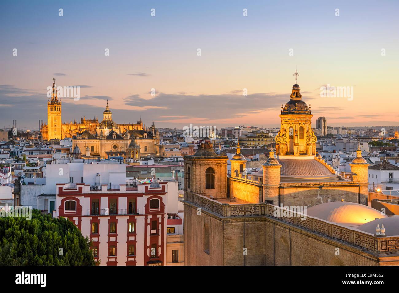Sevilla, España la ciudad al anochecer. Foto de stock