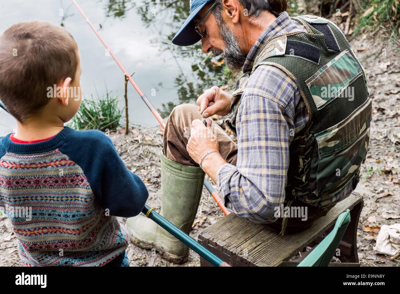El hombre y su nieto pesca Imagen De Stock
