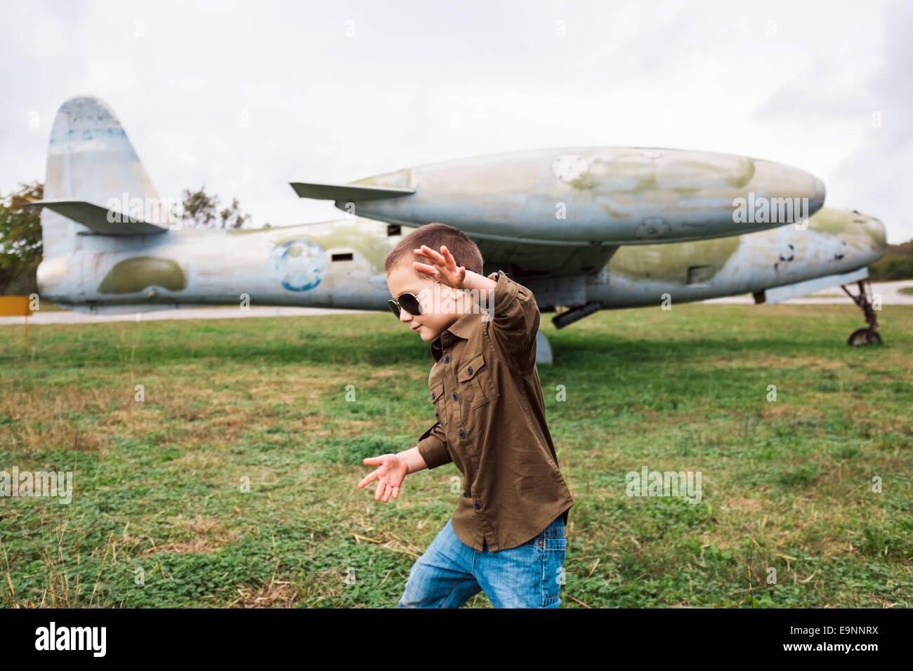 Chico jugaba cerca del avión Imagen De Stock