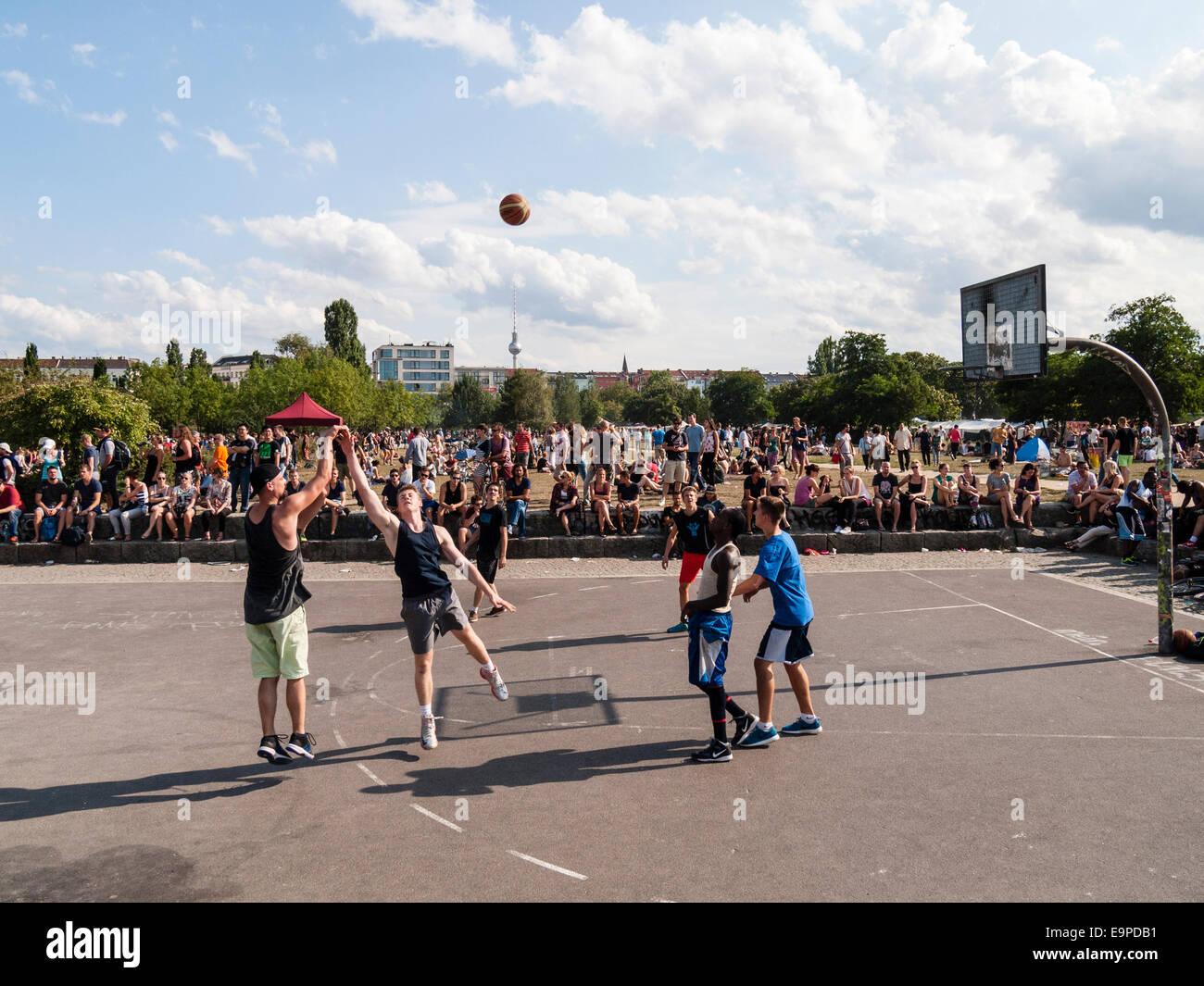 Baloncesto en Mauerpark, Berlín, GermanyEurope Imagen De Stock
