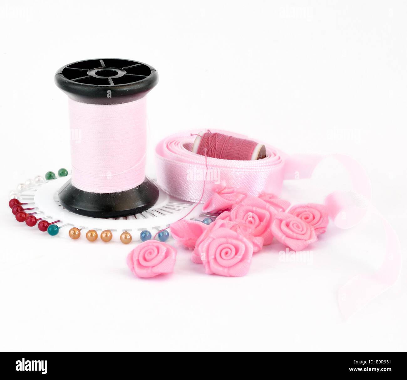 Rosa de coser accesorios, aislado en un blanco Foto de stock