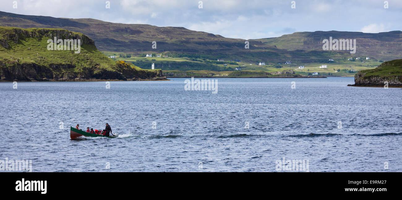Los turistas de sealwatching viaje en barco en el lago en Dunvegan Castle, las Highlands hogar ancestral del clan Imagen De Stock