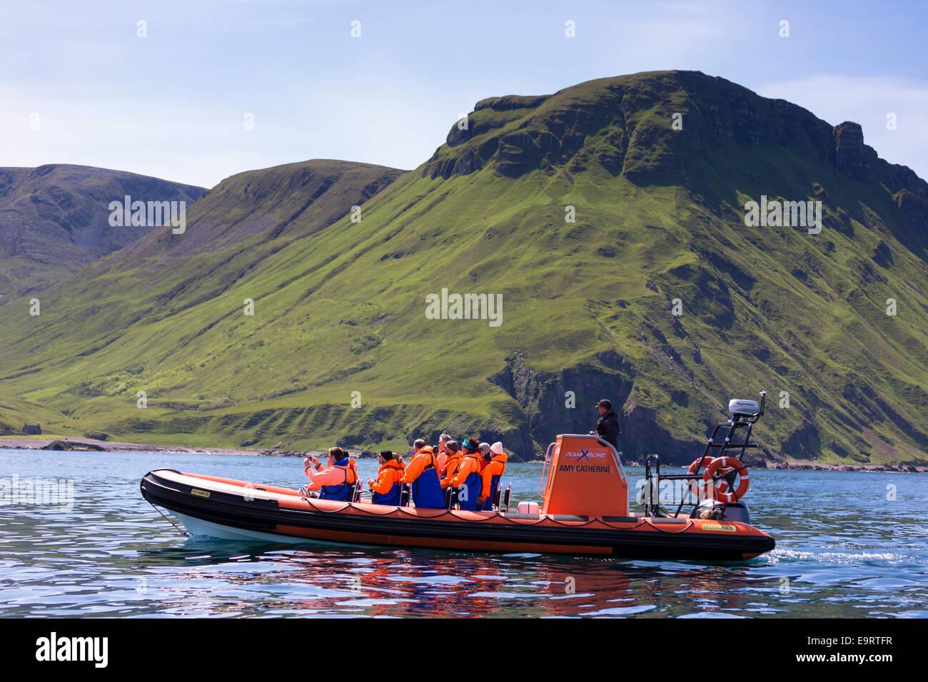Inflables rígidas sealwatching turista viaje en barco visita a la isla de Canna parte de las Hébridas Imagen De Stock