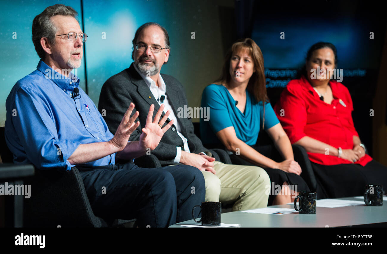 Jim Green, director de la División de Ciencias planetarias, la sede de la NASA, Washington, a la izquierda, es visto con otros panelistas Carey Lisse, Foto de stock