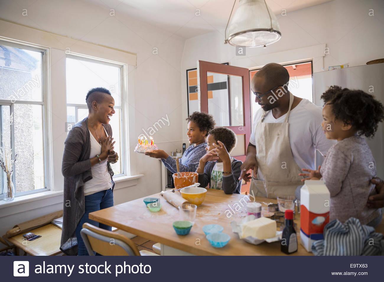 Familia sorprendente madre con pastel de cumpleaños Imagen De Stock