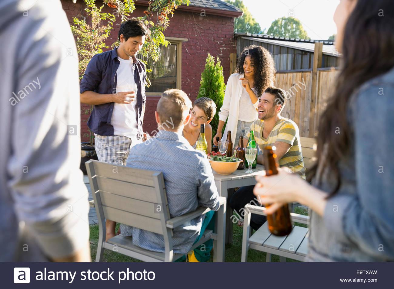 Amigos comiendo y bebiendo en el jardín barbacoa Imagen De Stock