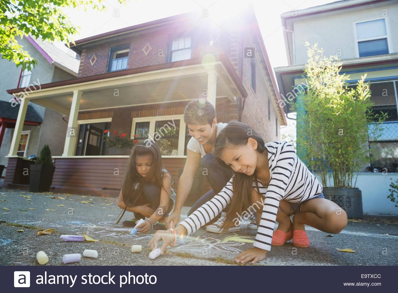 Madre y sus hijas dibujo con tiza Imagen De Stock