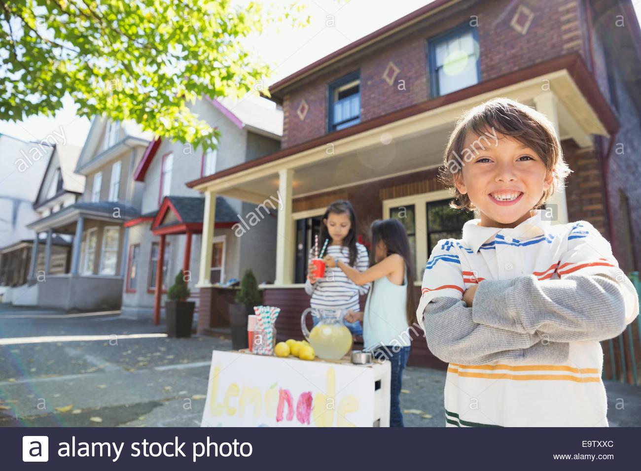Retrato de niño confiado en Lemonade Stand Imagen De Stock