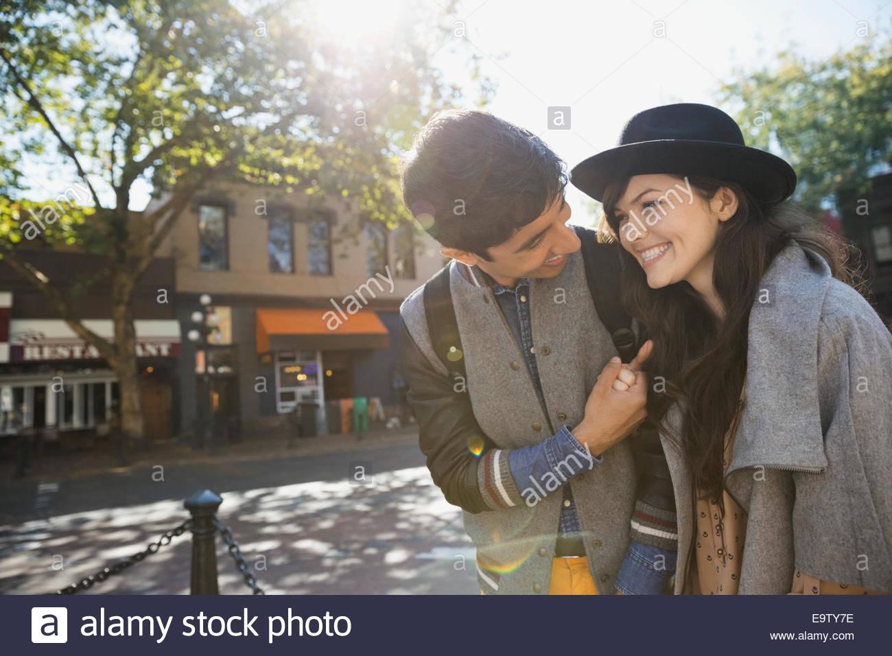 Par riendo en la soleada calle urbana Imagen De Stock