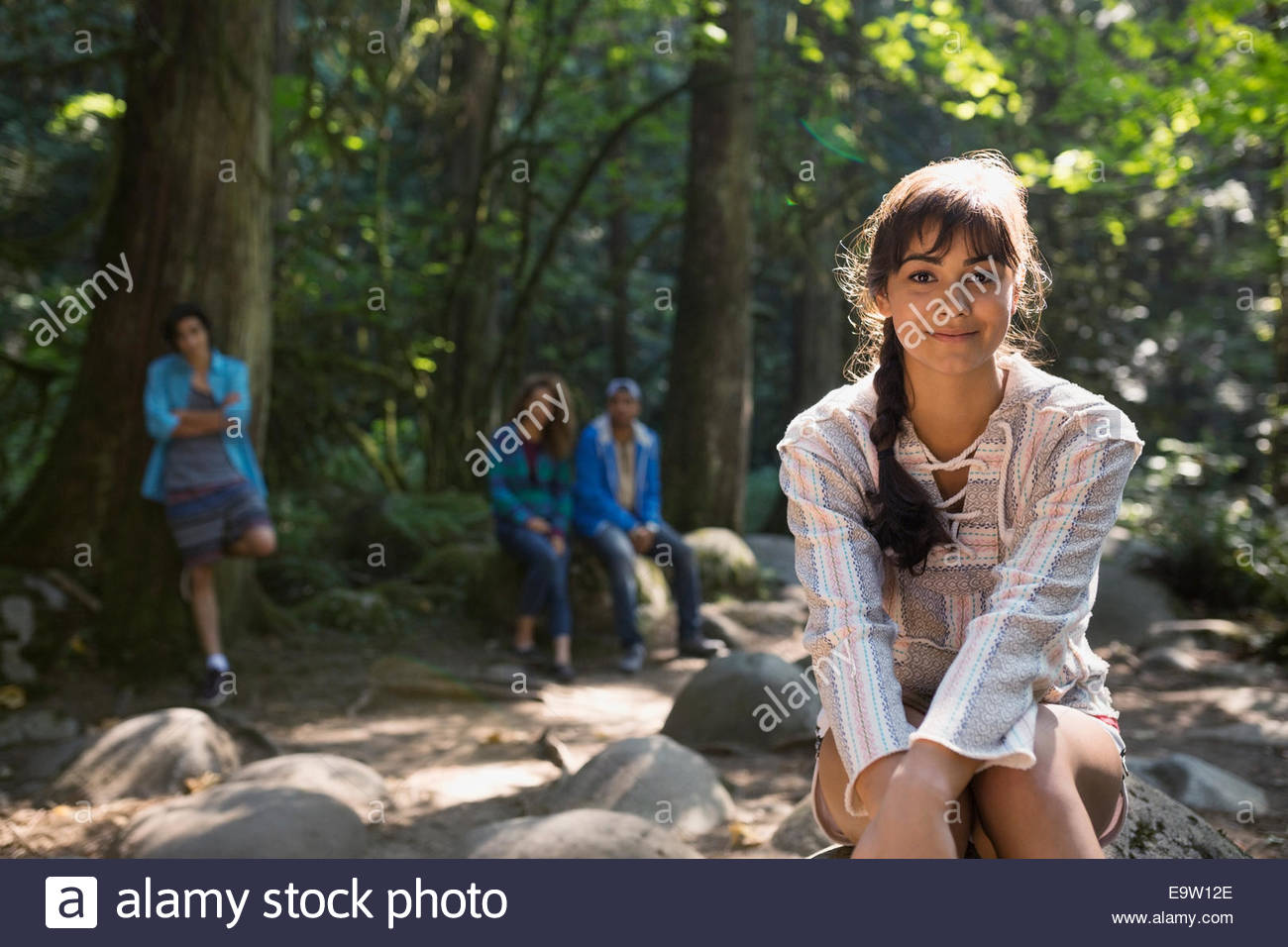 Retrato de mujer sonriente en maderas Imagen De Stock