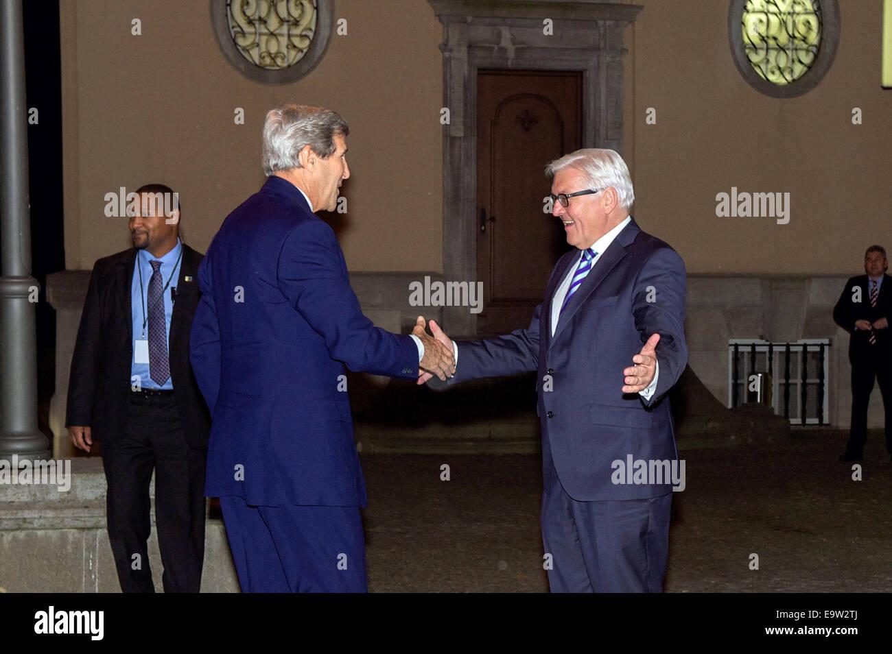 El Ministro de Relaciones Exteriores alemán, Frank-Walter Steinmeier celebra el Secretario de Estado de Estados Unidos, John Kerry a Villa Borsig, el Ministerio de Asuntos Exteriores alemán Foto de stock