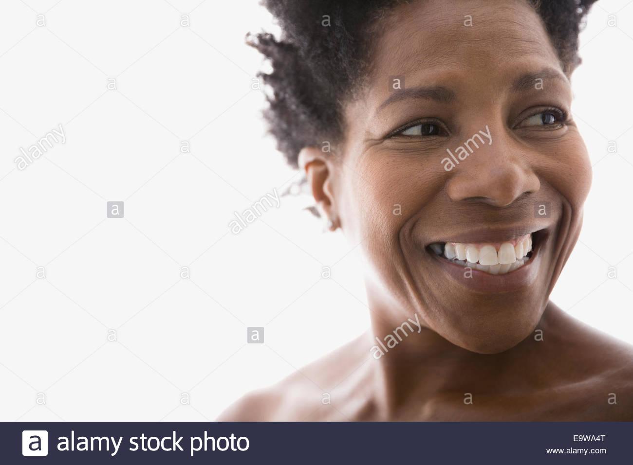 Cerca de la mujer sonriente mirar lejos Imagen De Stock