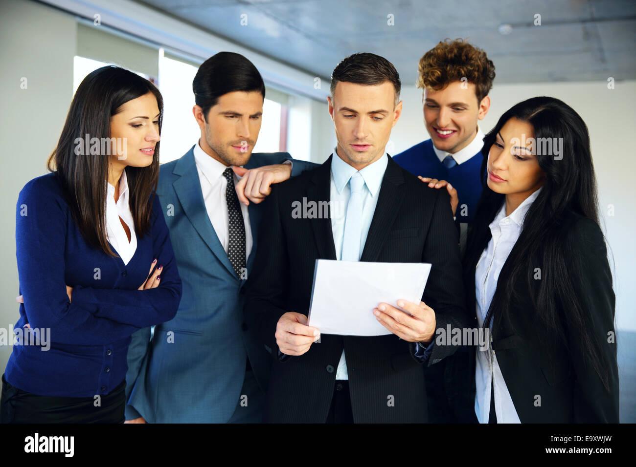 Gente de negocios leyendo un documento juntos Foto de stock