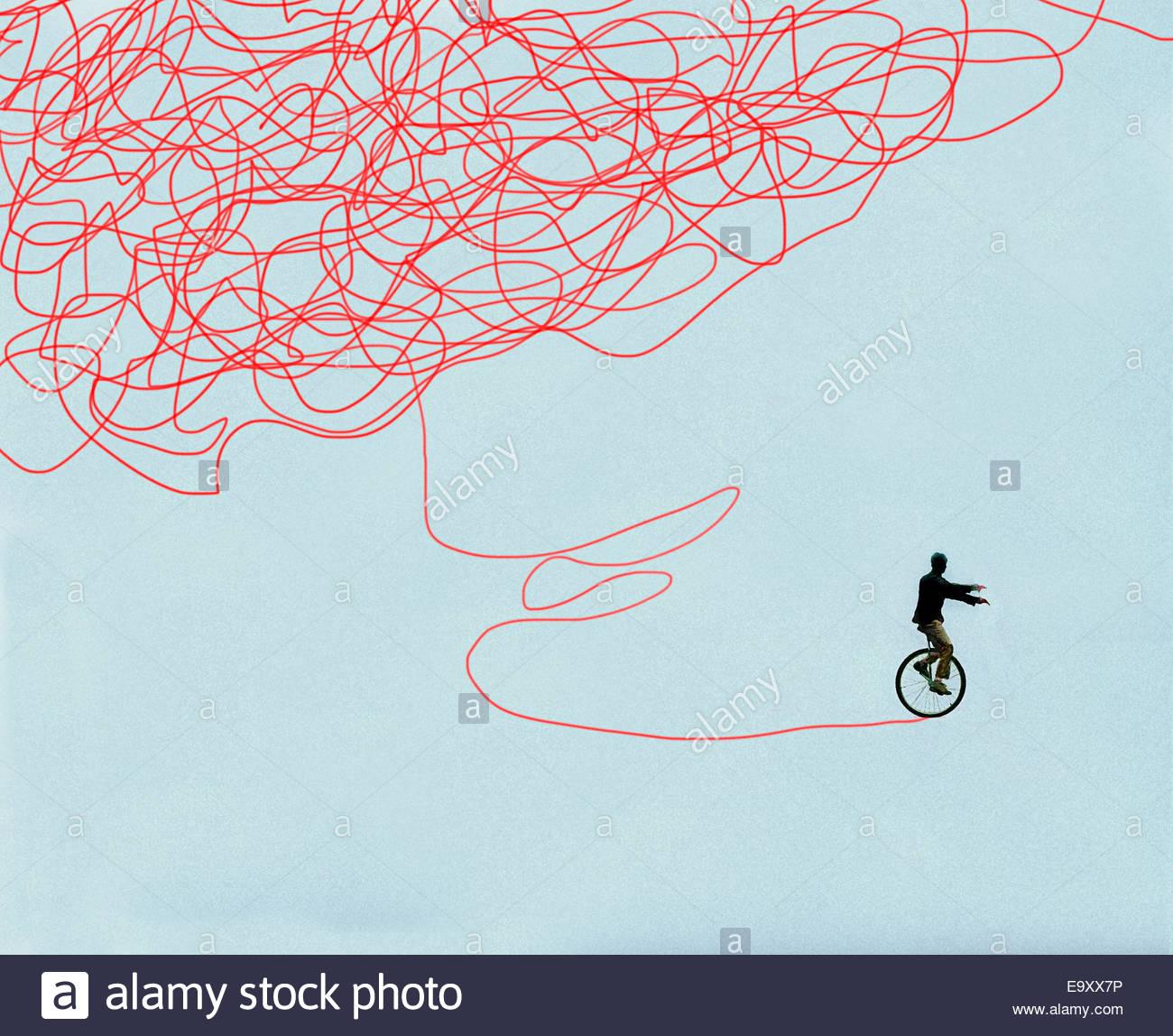 Hombre con éxito mejorar la balanza en monociclo Imagen De Stock