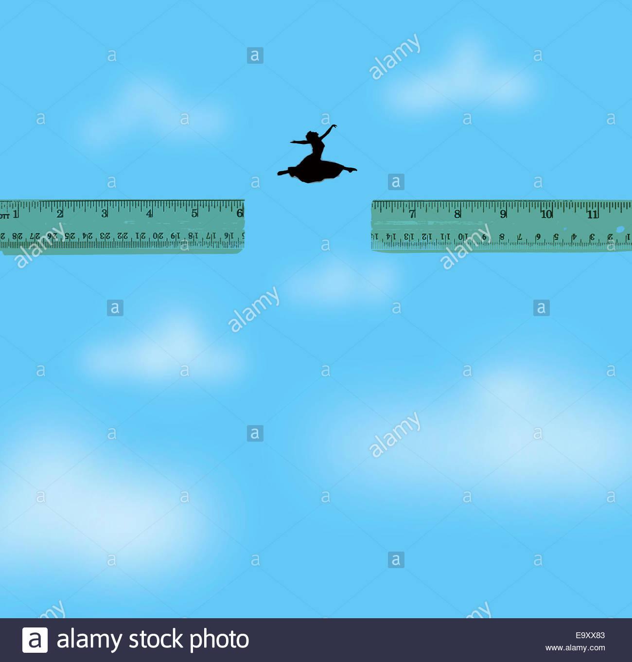 Mujer saltando a través de la brecha entre las dos reglas Imagen De Stock
