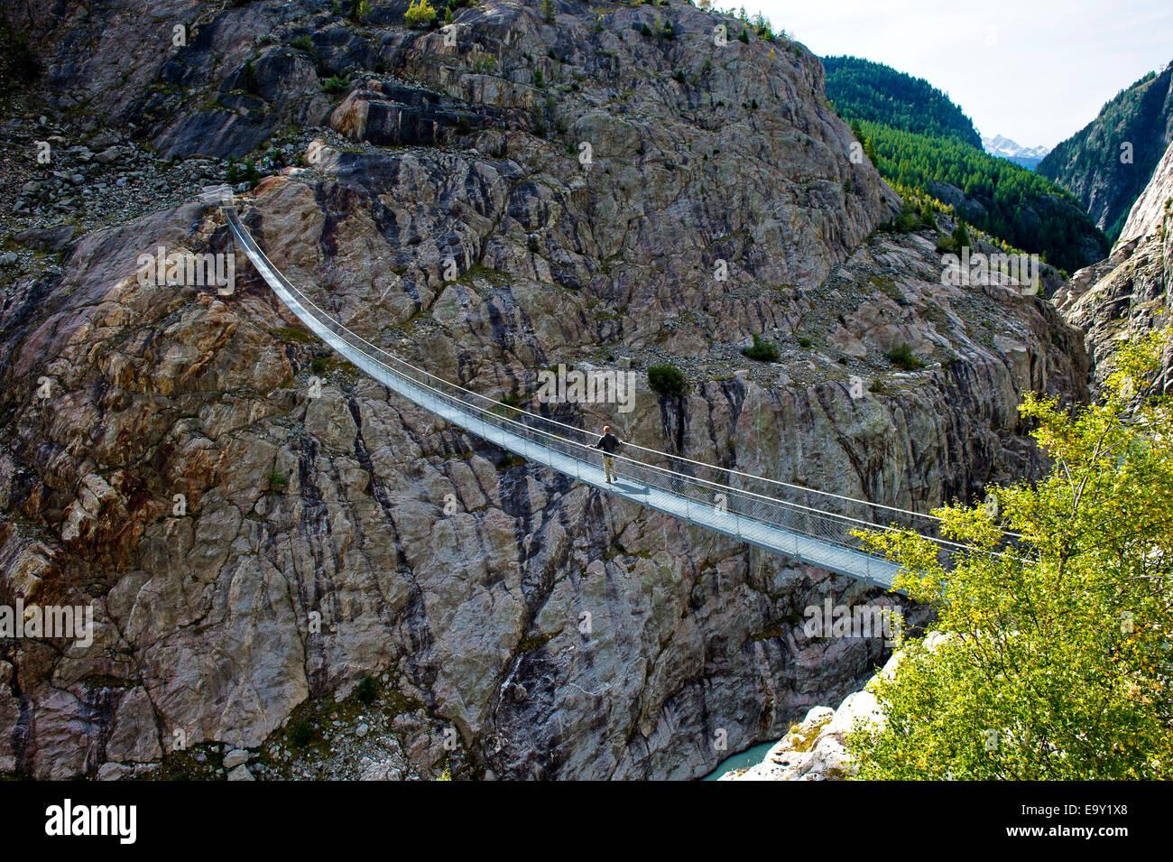 Destacó-ribbon bridge across Massa Gorge, Belalp región turística, cantón de Valais, Suiza Imagen De Stock