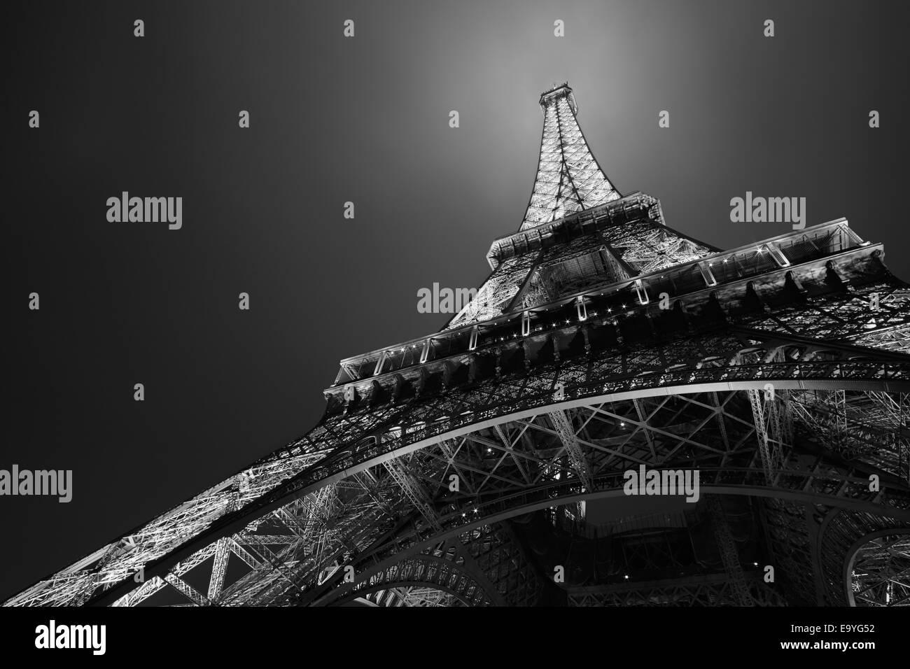 La torre Eiffel de Paris de noche, blanco y negro, vista de ángulo bajo Imagen De Stock