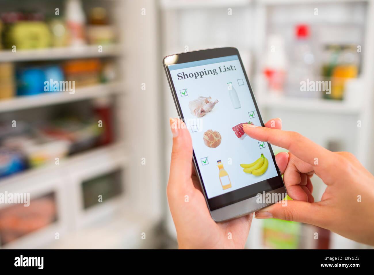 Fondo de la aplicación app conexión de equipo de comunicación empresarial contacto hembra mano sujetando Imagen De Stock