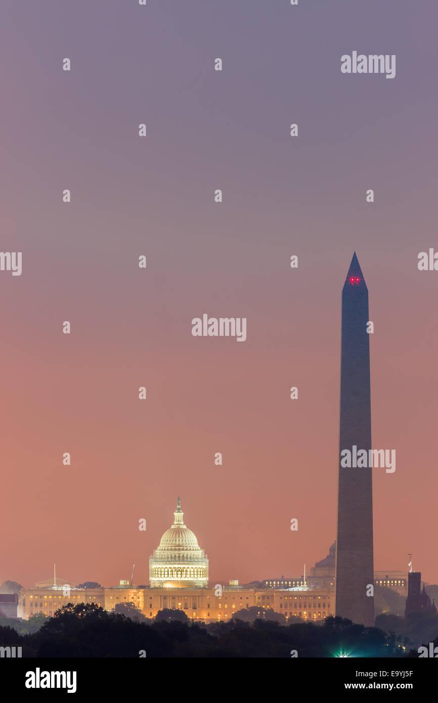 El Monumento a Washington y el Capitolio al amanecer tomada de Arlington, Virginia, EE.UU. Imagen De Stock