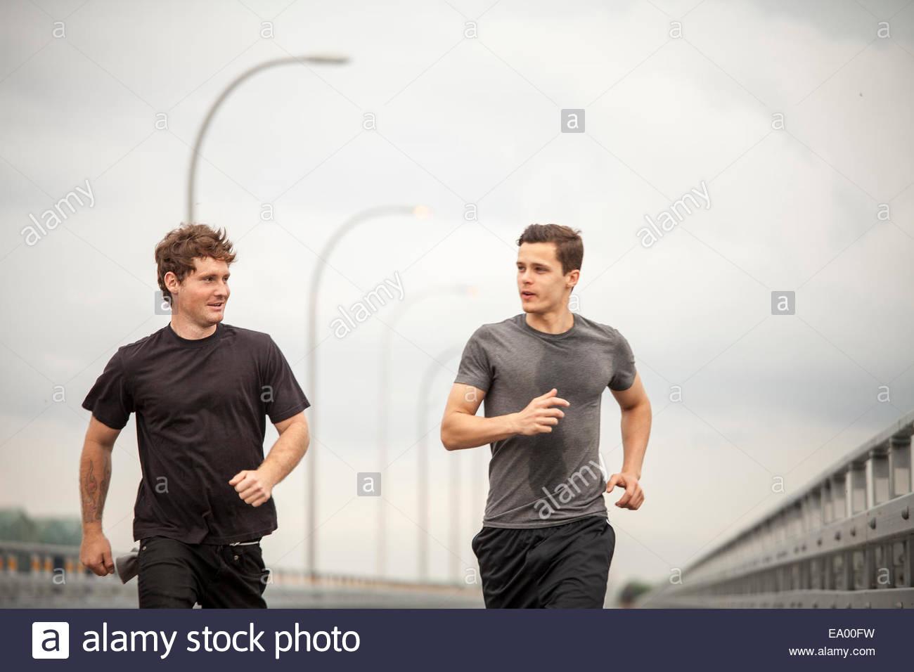 Los hombres jóvenes trotar Imagen De Stock