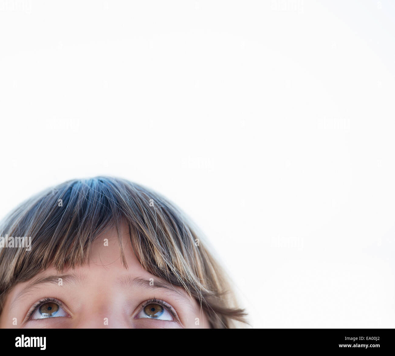 Cierre recortada retrato de niña mirando hacia arriba Imagen De Stock