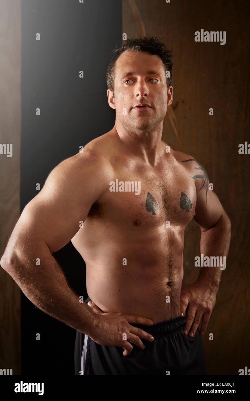 Retrato de un hombre adulto medio muscular en el gimnasio Imagen De Stock