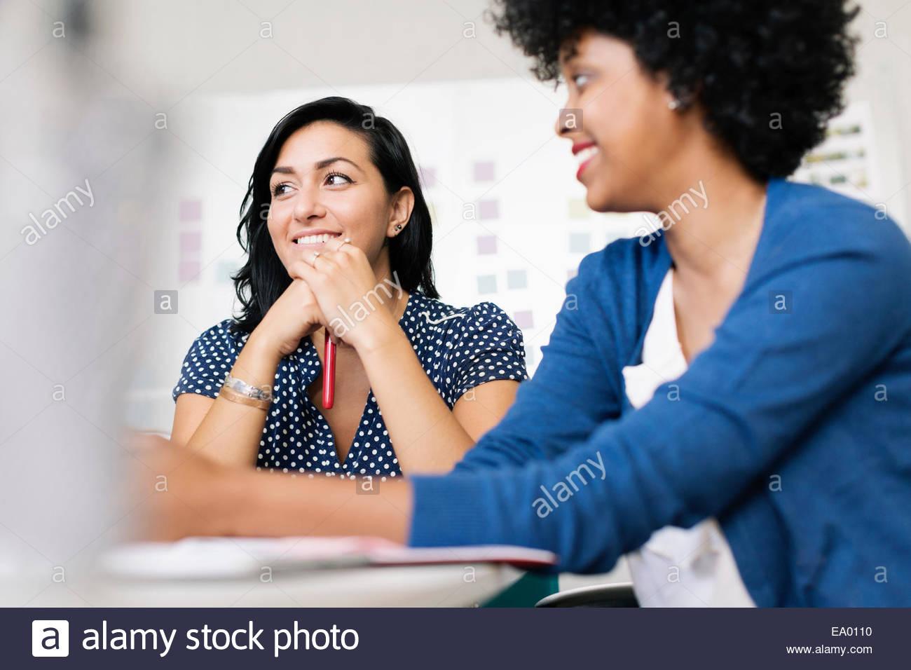 Las mujeres en la reunión de pequeños negocios, start-up Imagen De Stock