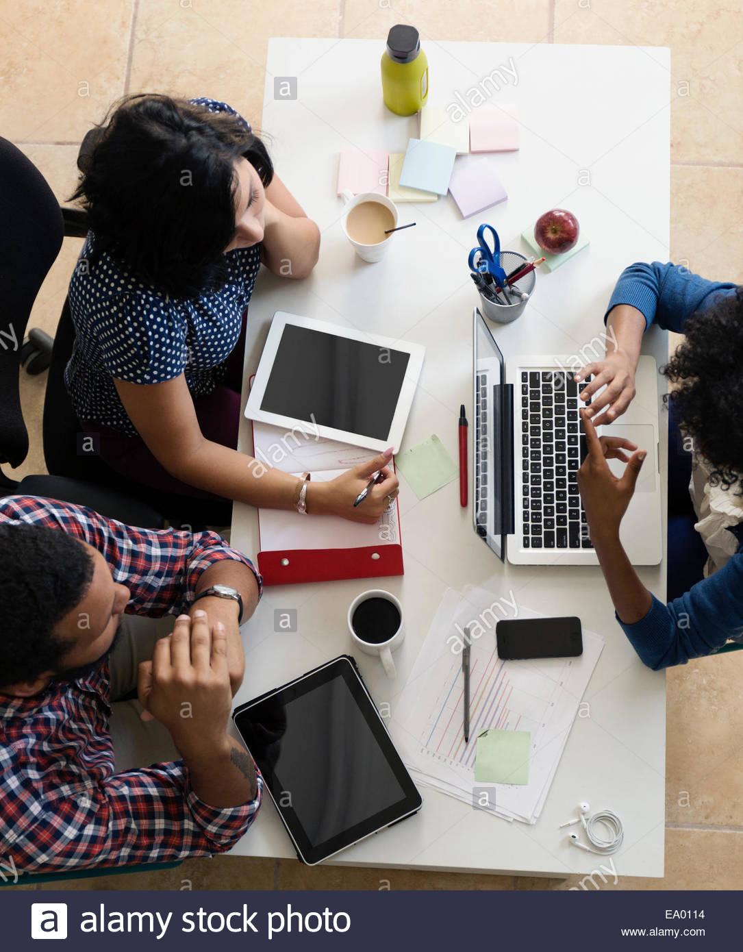 Colegas, habiendo reunido en pequeñas empresas, start-up Imagen De Stock