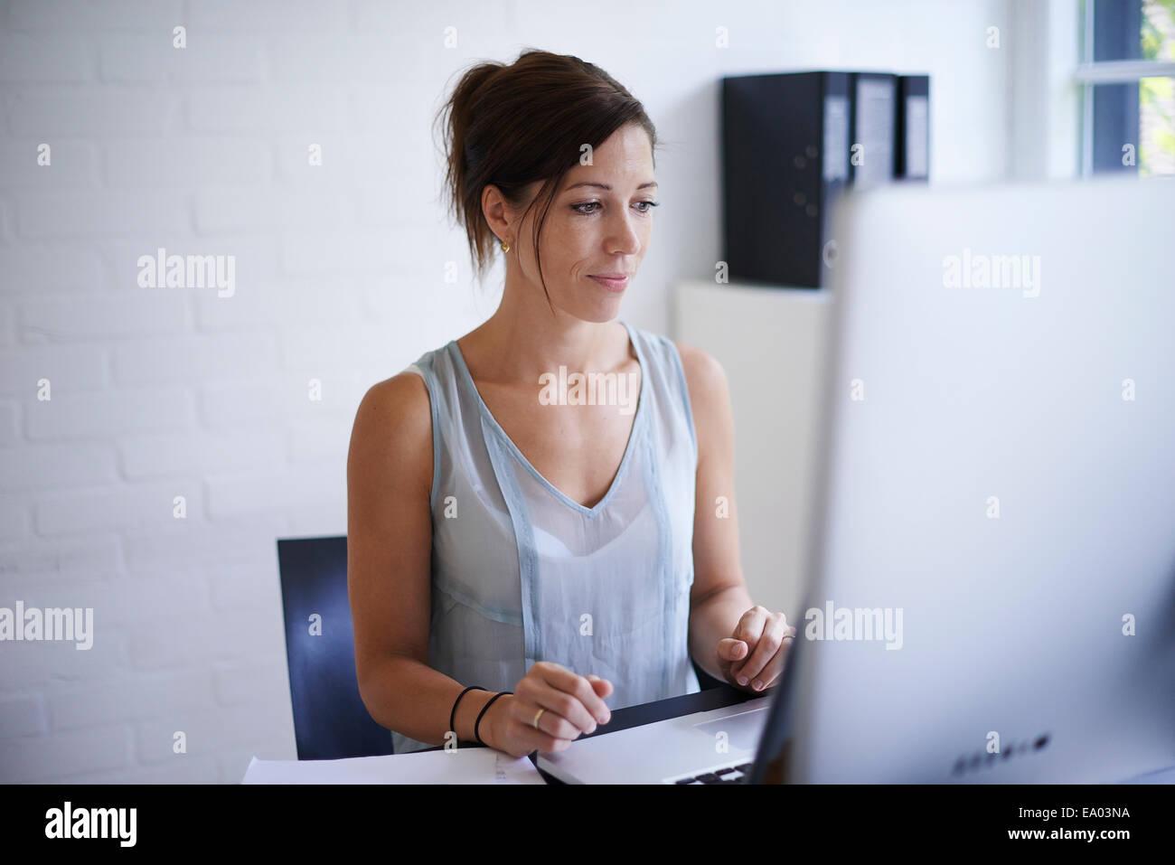 Mitad mujer adulta trabajando desde casa en el ordenador Foto de stock
