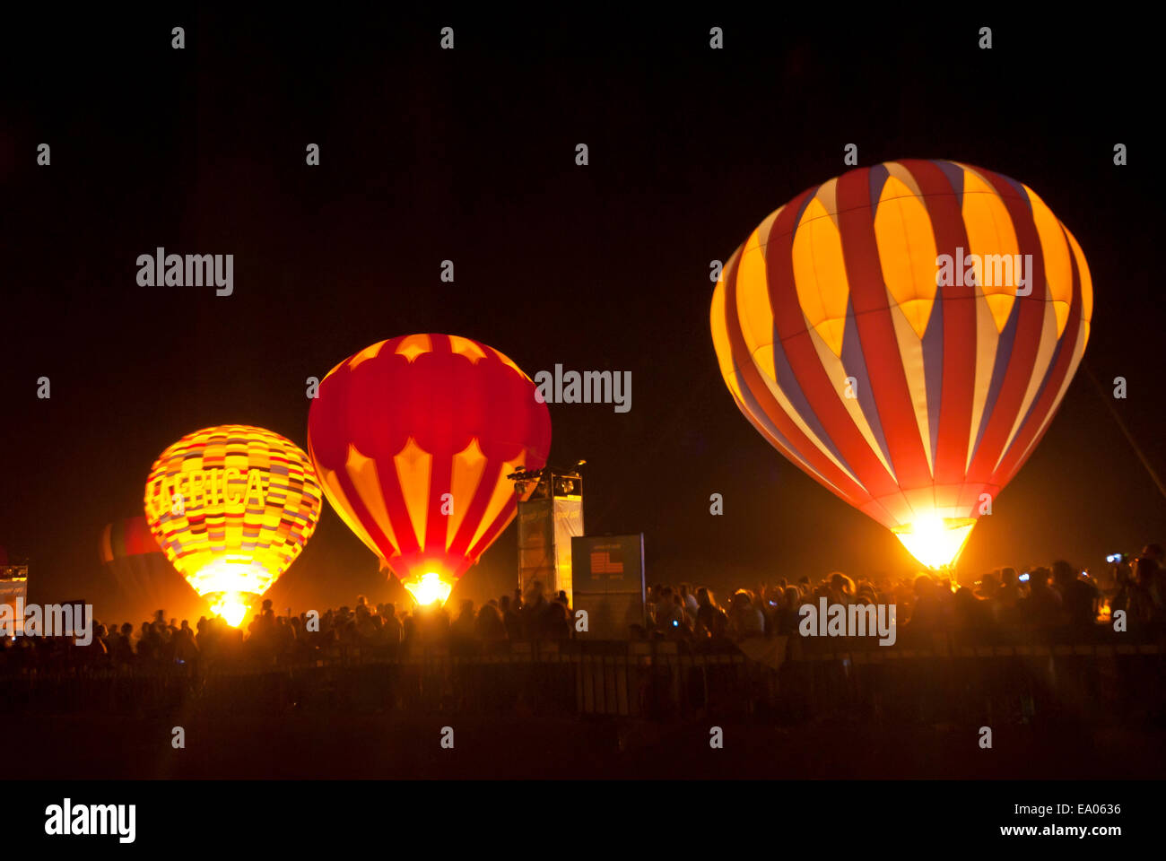 Los globos de aire caliente en la noche en el Arava, Israel Imagen De Stock