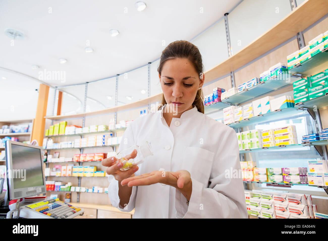 Farmacéutico en la farmacia la celebración de la medicina en la mano Imagen De Stock