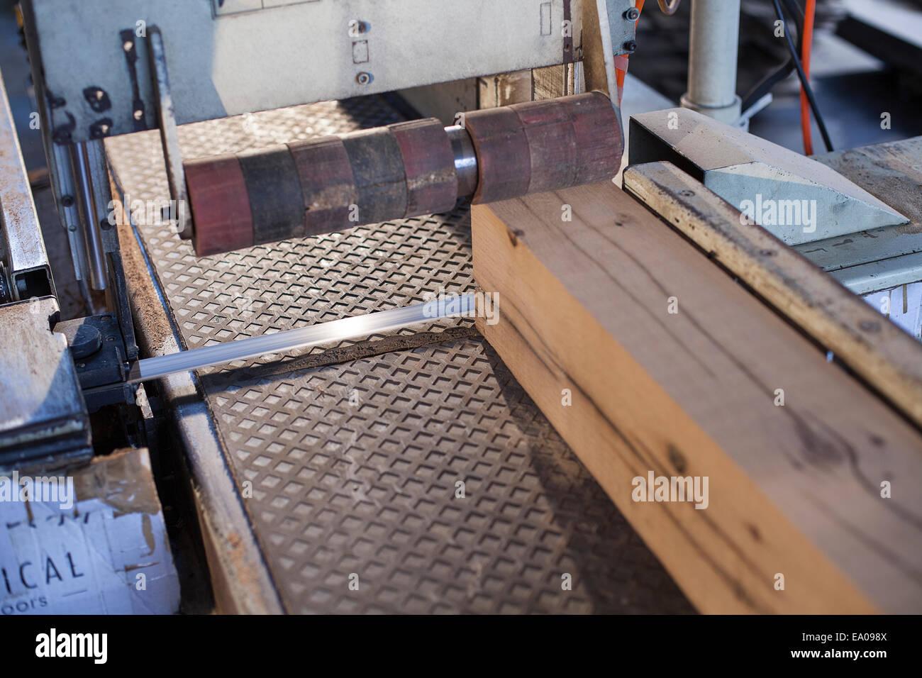 El bloque de madera en el transportador en fábrica, Jiangsu, China Imagen De Stock