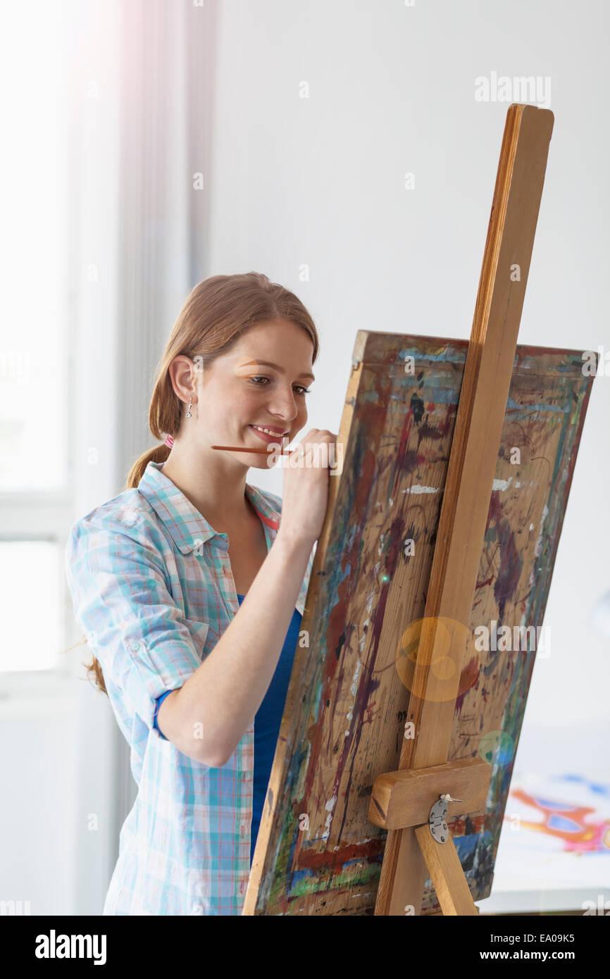 Artista Femenina pintura en caballete Imagen De Stock
