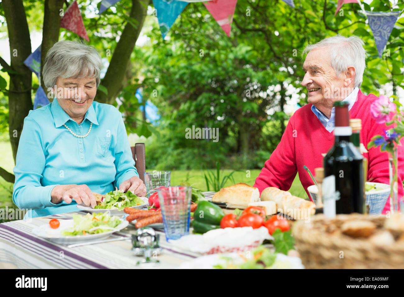 Las parejas ancianas comer el almuerzo al fresco Imagen De Stock