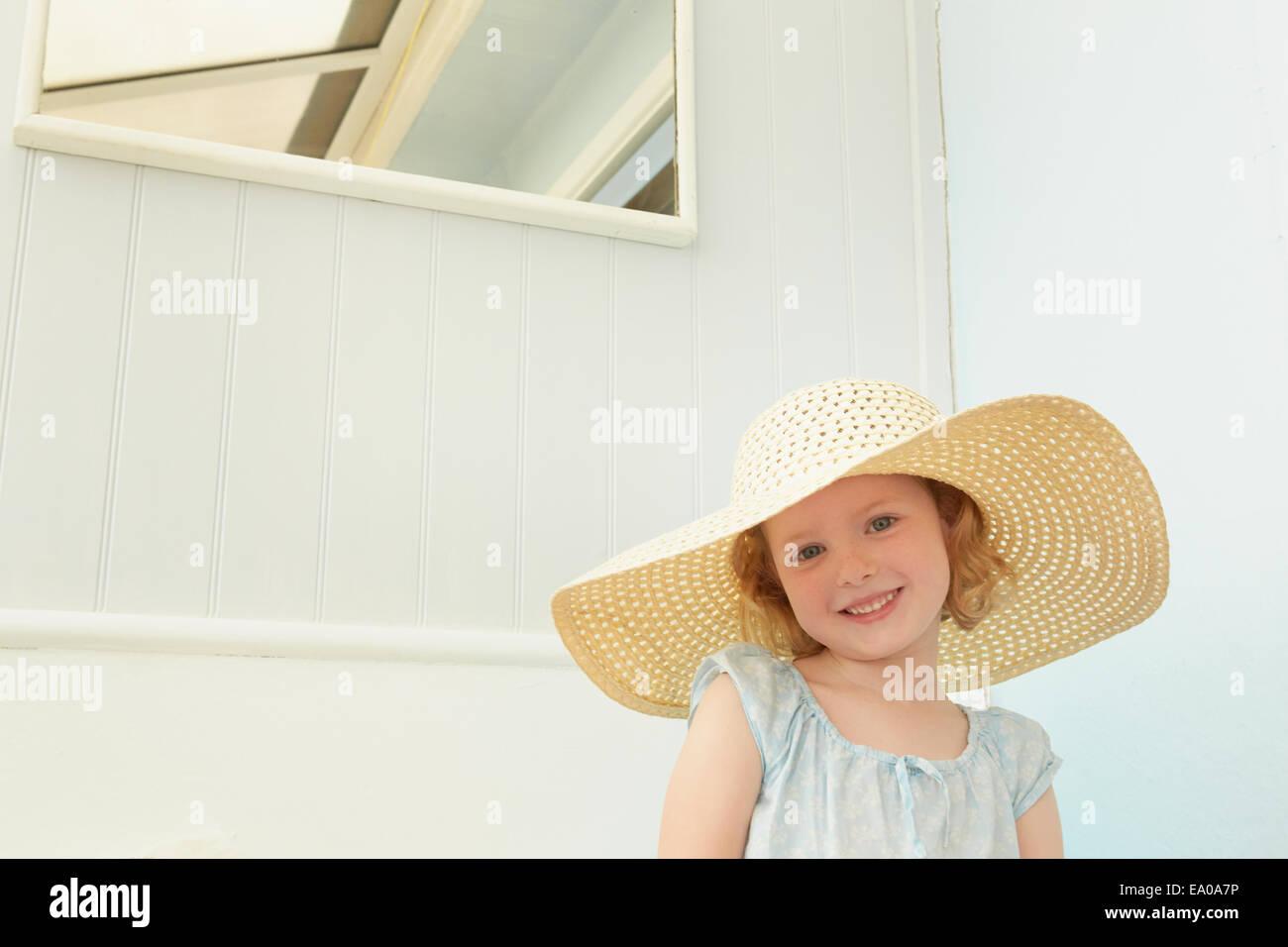 Retrato de chica con sombrero en apartamento de vacaciones Imagen De Stock