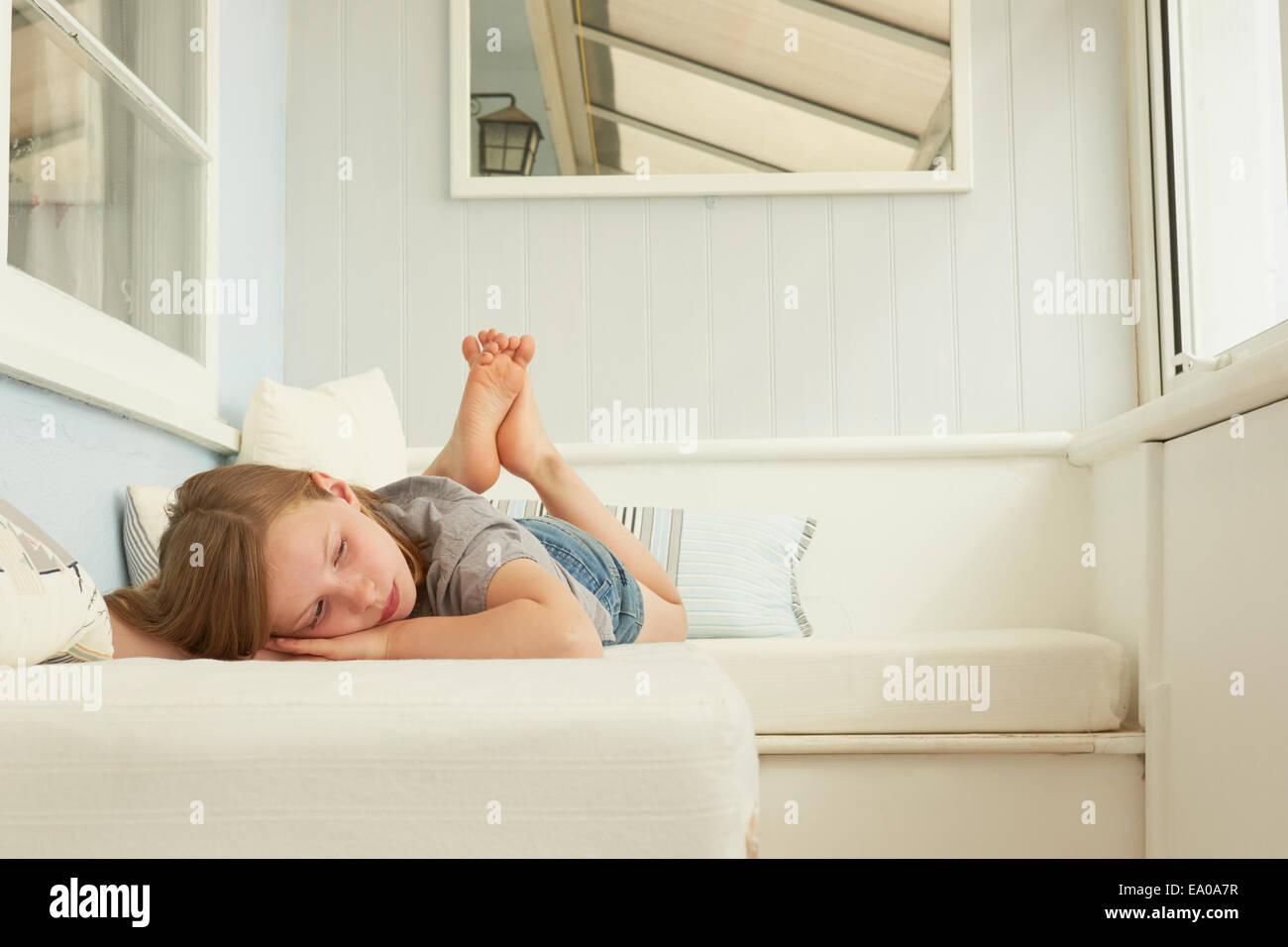 Sullen girl acostado en apartamento asiento Imagen De Stock