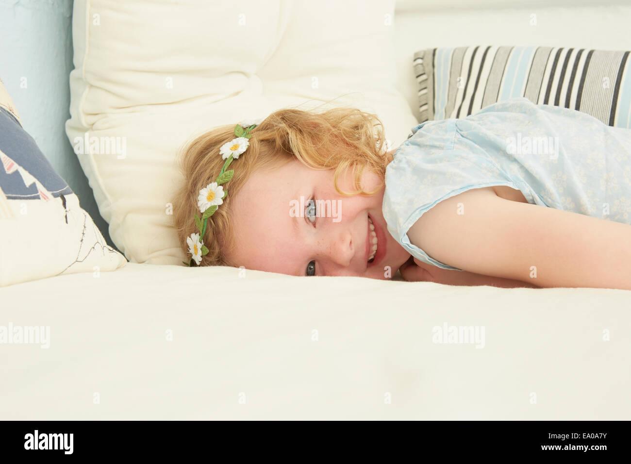 Retrato de niña acostado en el asiento en el apartamento de vacaciones Imagen De Stock